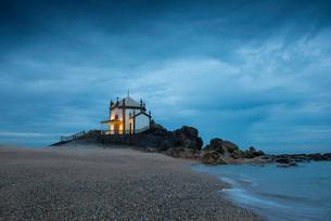 Capela do Senhor da Pedra (Chapel of the Lord of Stone), at a coastal site originally used for paganの写真素材 [FYI03798347]
