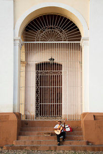 Man performing with his guitar on the steps of a church in Plaza Mayor, Trinidad, UNESCO World Heritの写真素材 [FYI03798348]