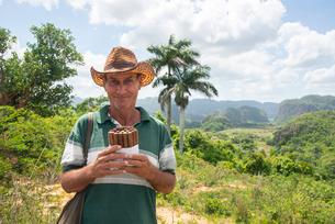 Local man selling Cuban cigars in Vinales, UNESCO World Heritage Site, Cuba, West Indies, Caribbean,の写真素材 [FYI03798423]