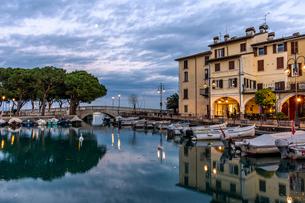 Sunset over marina at Lake Garda in Desenzano, Lombardy, Italy, Europeの写真素材 [FYI03798443]