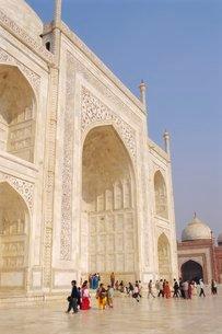 The Taj Mahal, built by the Moghul emperor Shah Jehan (Jahan) for his wife Mumtaz Mahal, Agra, Uttarの写真素材 [FYI03798444]