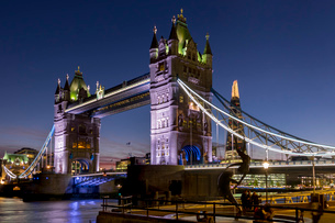 Tower Bridge and The Shard at dusk, London, England, United Kingdom, Europeの写真素材 [FYI03798474]