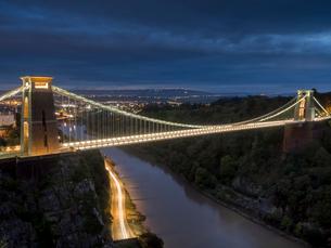 Clifton Suspension Bridge at night, Bristol, England, United Kingdom, Europeの写真素材 [FYI03798476]