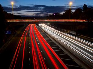 M3 motorway light trails, Surrey, England, United Kingdom, Europeの写真素材 [FYI03798482]