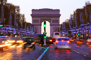 Champs Elysees and Arc de Triomphe at Christmastime, Paris, France, Europeの写真素材 [FYI03798497]