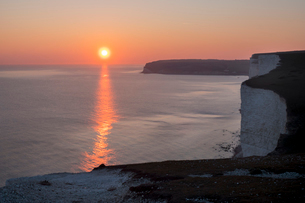 Seven Sisters chalk cliffs at sunset, South Downs National Park, East Sussex, England, United Kingdoの写真素材 [FYI03798498]