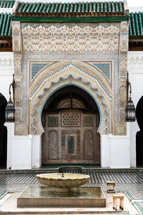 Monumental carved doorway and ablutions basin, Karaouiyine Mosque, Fez Medina, UNESCO World Heritageの写真素材 [FYI03798538]