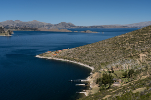 Aerial view from the top of Sun Island across deep blue Lake Titicaca to the mainland, Bolivia, Soutの写真素材 [FYI03798547]