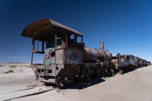Locomotive graveyard outside Uyuni, Bolivia, South Americaの写真素材 [FYI03798550]