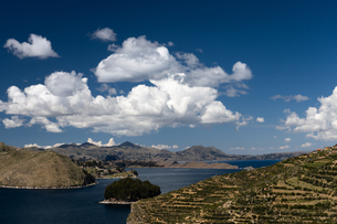 Aerial view from the top of Sun Island across deep blue Lake Titicaca to the mainland, Bolivia, Soutの写真素材 [FYI03798553]