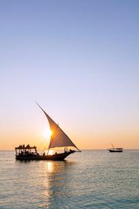 Tourists on a sunset cruise on the Indian Ocean, Nungwi, Island of Zanzibar, Tanzania, East Africa,の写真素材 [FYI03798618]