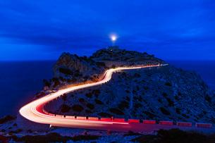 Car light trails, Cap Formentor lighthouse, Majorca, Balearic Islands, Spain, Mediterranean, Europeの写真素材 [FYI03798626]