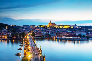 Charles Bridge, Prague Castle and St. Vitus Cathedral, Prague, UNESCO World Heritage Site, Bohemia,の写真素材 [FYI03798632]