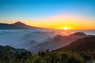 Sunset, Pico del Teide, 3718m, highest mountain in Spain, Teide National Park, UNESCO World Heritageの写真素材 [FYI03798671]
