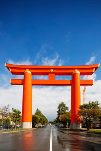 Torii gate at Heian Jingu Shinto shrine, Kyoto, Japan, Asiaの写真素材 [FYI03798724]
