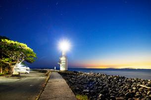 Camper van at a lighthouse, Heda Bay, Izu Hanto, Shizuoka Prefecture, Honshu, Japan, Asiaの写真素材 [FYI03798766]