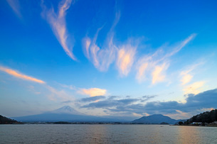 Mount Fuji, 3776m, UNESCO World Heritage Site, and Kawaguchiko lake, Yamanashi Prefecture, Honshu, Jの写真素材 [FYI03798788]