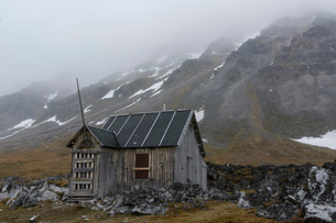 Old abandoned cabin, Varsolbukta, Bellsund bay, Van Mijenfjorden, Spitsbergen, Svalbard Islands, Arcの写真素材 [FYI03798879]