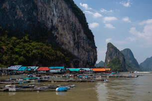 A view of Koh Panyee, one of the region's typical Muslim villages, Thailand, Southeast Asia, Asiaの写真素材 [FYI03798971]