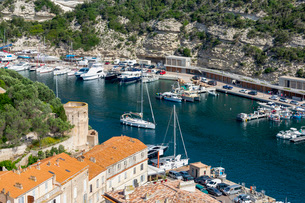 Boats moored in the marina in the southern Corsica town of Bonifacio, Corsica, France, Mediterraneanの写真素材 [FYI03799011]