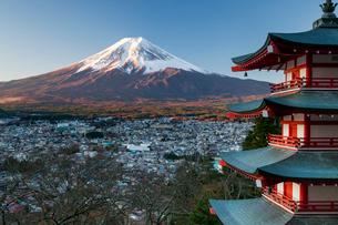 Snowy Mount Fuji and Chureito Pagoda at Arakura-yama Sengen-koen Park, Fujiyoshida, Shizuoka, Honshuの写真素材 [FYI03799040]