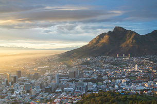 Table Mountain and City Bowl at dawn, Cape Town, Western Cape, South Africa, Africaの写真素材 [FYI03799079]