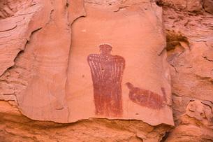 Moki (Moqui) Queen Pictograph, Glen Canyon National Recreation Area, Utah, United States of America,の写真素材 [FYI03799117]