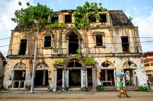 Rundown colonial house in Grand Bassam, UNESCO World Heritage Site, Ivory Coast, West Africa, Africaの写真素材 [FYI03799163]