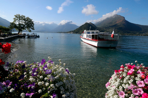 Lake Annecy (Lac d'Annecy), the third largest lake in France and known as Europe's cleanest lake, Haの写真素材 [FYI03799174]