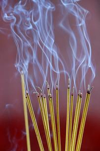Incense sticks on joss stick pot burning, smoke used to pay respect to the Buddha, Vung Tau, Vietnamの写真素材 [FYI03799206]