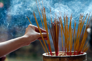 Emperor Jade pagoda (Chua Phuoc Hai), incense sticks on joss stick pot burning, smoke used to pay reの写真素材 [FYI03799207]