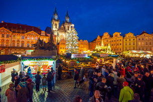 Church of Tyn and Christmas Markets, Staromestske namesti (Old Town Square), Stare Mesto (Old Town),の写真素材 [FYI03799255]