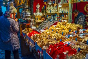 Christmas Market, Staromestske namesti (Old Town Square), Stare Mesto (Old Town), Prague, Czech Repuの写真素材 [FYI03799258]