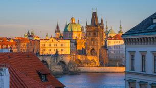 Charles Bridge (Karluv Most) over River Vltava, UNESCO World Heritage Site, Prague, Czech Republic,の写真素材 [FYI03799264]