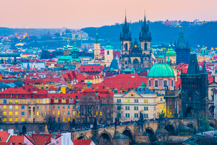 Stare Mesto, including Charles Bridge (Karluv Most) and Church of Our Lady Before Tyn, Stare Mesto (の写真素材 [FYI03799272]