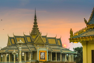 Chan Chhaya Moonlight Pavilion at sunset, venue for classic Khmer dance, Royal Palace Park, city cenの写真素材 [FYI03799292]