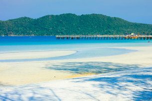 Beautiful white sand beach on this popular holiday island, Koh Rong Sanloem Island, Sihanoukville, Cの写真素材 [FYI03799322]