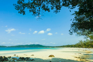 Beautiful white sand beach on this popular holiday island, Koh Rong Sanloem Island, Sihanoukville, Cの写真素材 [FYI03799323]