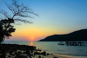 Sunset and pier on the quiet rocky west coast of this holiday island, Lazy Beach, Koh Rong Sanloem Iの写真素材 [FYI03799324]
