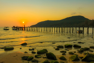 Sunset and pier on the quiet rocky west coast of this holiday island, Lazy Beach, Koh Rong Sanloem Iの写真素材 [FYI03799326]