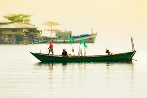 Fishing boat at dawn off the east coast of this holiday island, Saracen Bay, Koh Rong Sanloem Islandの写真素材 [FYI03799330]