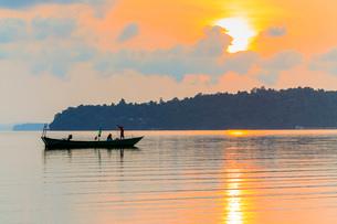 Fishing boat at dawn off the east coast of this holiday island, Saracen Bay, Koh Rong Sanloem Islandの写真素材 [FYI03799331]