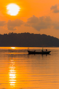 Fishing boat at dawn off the east coast of this holiday island, Saracen Bay, Koh Rong Sanloem Islandの写真素材 [FYI03799333]