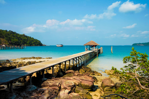 Pier at the beautiful white sand beach on this holiday island, Saracen Bay, Koh Rong Sanloem Island,の写真素材 [FYI03799334]