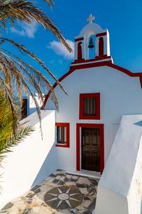 View of small traditional whitewashed church near Oia, Santorini, Cyclades, Aegean Islands, Greek Isの写真素材 [FYI03799343]