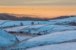 View of frozen landscape near Macclesfield at sunset, High Peak, Cheshire, England, United Kingdom,の写真素材 [FYI03799416]