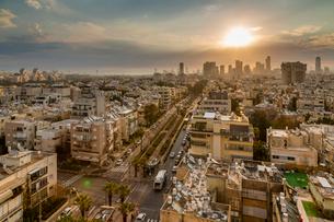Sunrise over Tel Aviv's city skyscrapers, Tel Aviv, Israel, Middle Eastの写真素材 [FYI03799499]