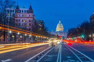 View of the Capitol Building at dusk from Pennsylvania Avenue, Washington D.C., United States of Ameの写真素材 [FYI03799537]