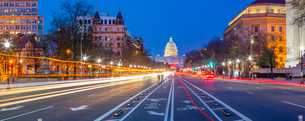 View of the Capitol Building at dusk from Pennsylvania Avenue, Washington D.C., United States of Ameの写真素材 [FYI03799539]