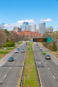 View of North Rosslyn skyline and traffic on Richmond Highway, Washington D.C., United States of Ameの写真素材 [FYI03799542]